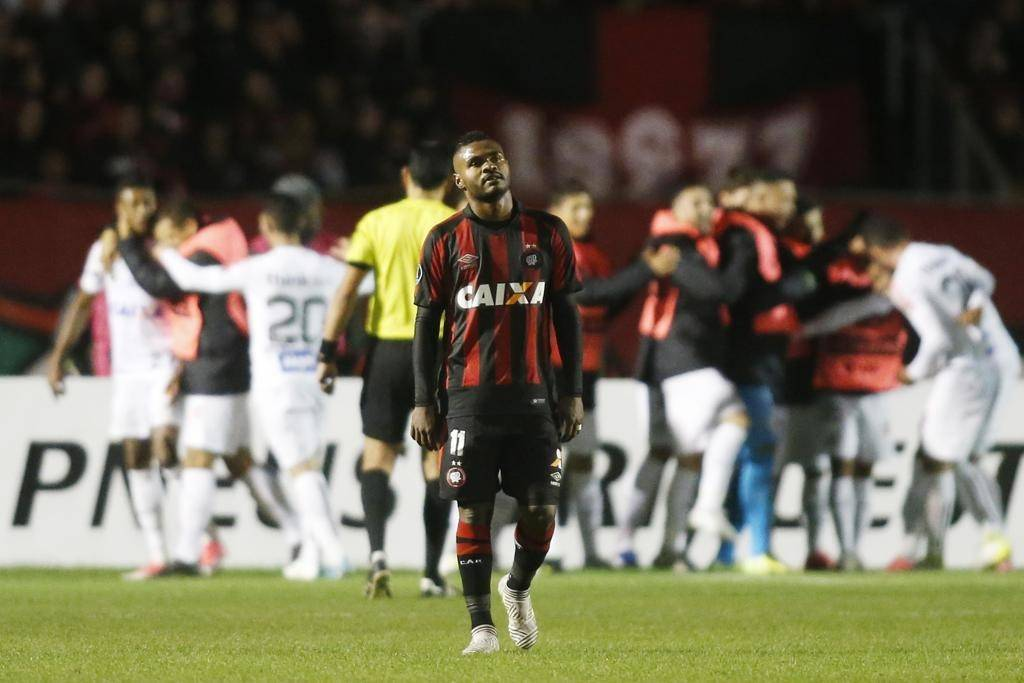 Nikão lamenta derrota na Vila Capanema.