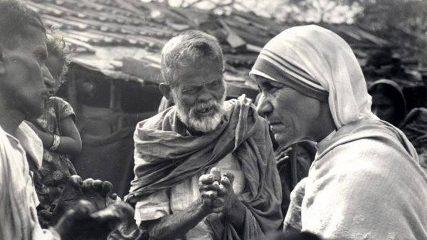 O método científico pode até explicar como incentivar o altruísmo nas pessoas, mas jamais conseguirá explicar uma Madre Teresa. (Foto: Missionárias da Caridade/AFP)