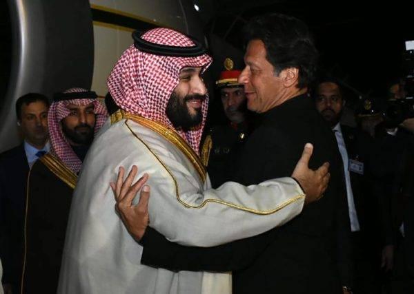O primeiro-ministro do Paquistão, Imran Khan (D), cumprimenta o príncipe herdeiro da Arábia Saudita, Mohammed bin Salman, em Islamabad. FOTO: Dsitribuição/Departamento de Imprensa do Paquistão