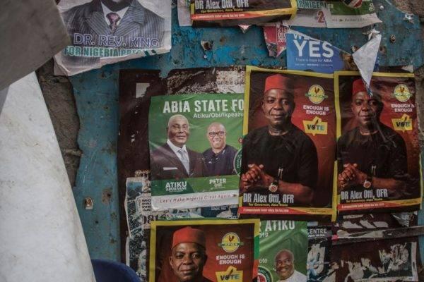Cartazes do Partido Democrático Popular em Aba, cidade em uma das regiões separatistas pró-Biafra, 14 de fevereiro. Os nigerianos irão às urnas no sábado para eleições presidencial e legislativa. Photo by CRISTINA ALDEHUELA / AFP