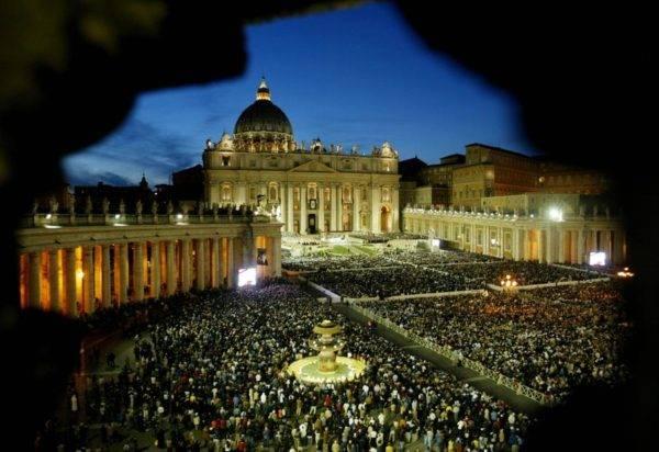 A Praça São Pedro e a Basílica São Pedro, na Cidade do Vaticano, em outubro de 2003. Foto: Paolo Cocco / AFP