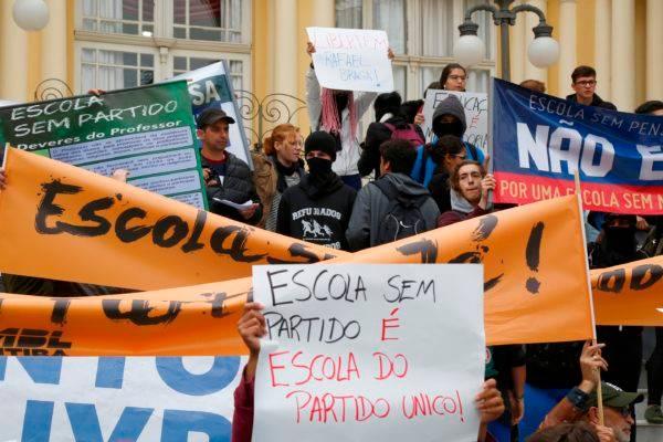 Manifestantes contra e a favor da Escola Sem Partido em protesto. Foto: Aniele Nascimento/Gazeta do Povo