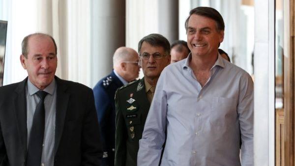 O presidente Jair Bolsonaro, o ministro da Defesa, Fernando Azevedo e Silva, e a cúpula das Forças Armadas se reuniram na quarta (20) antes da apresentação da reforma ao Congresso. (Foto: Marcos Corrêa/PR)