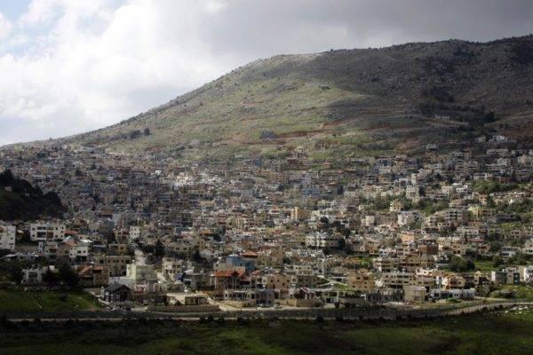 Foto tirada a partir da cidade síria de Ain al-Tineh mostra a cidade drusa de Majdal Shams, nas Colinas de Golã, 26 de março. Foto: Louai Beshara / AFP