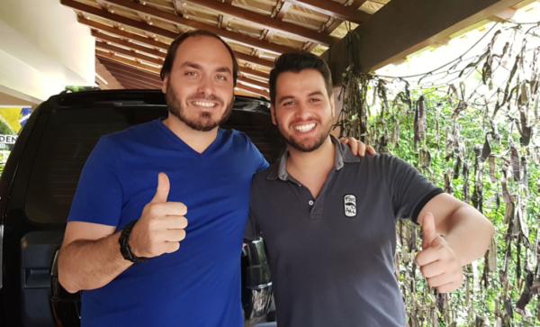 O vereador e filho do meio do presidente, Carlos Bolsonaro, e o assessor presidencial e olavista Filipe Martins. Foto: Reprodução/Twitter