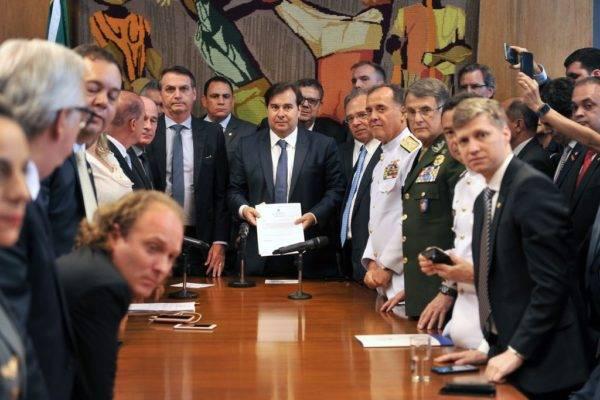 O presidente Jair Bolsonaro entrega a proposta de reforma da Previdência dos militares ao presidente da Câmara dos Deputados, Rodrigo Maia. Foto: J. Batista/Agência Câmara