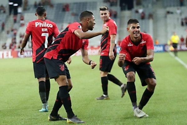 Jogadores comemoram gol na vitória do Athletico. Foto Albari Rosa/Gazeta do Povo