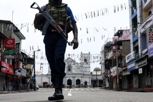Um soldado do Sri Lanka monta guarda do lado de fora do Santuário de Santo Antônio, em Colombo, em 29 de abril de 2019, uma semana depois de uma série de explosões em igrejas e hotéis de luxo | Foto: LAKRUWAN WANNIARACHCHI / AFP