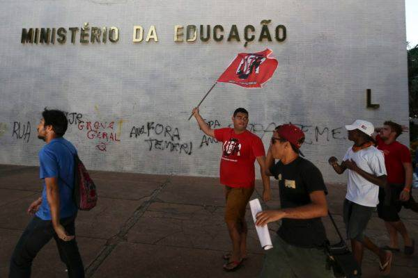 Estudantes fazem manifestação e pixam prédio do ministério da Educação. Fabio Rodrigues Pozzebom/Agência Brasil