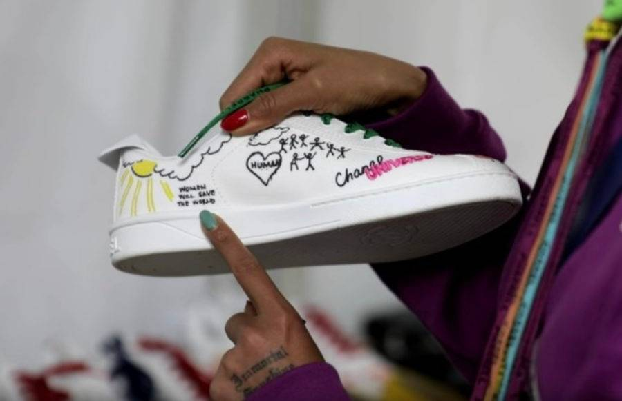 Um dos acessórios mais desejados pelos fashionistas é o tênis com desenhos e frases. (crédito: divulgação).