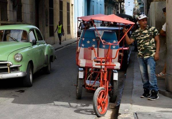 Um bicitaxi com a bandeira americana em Havana, 17 de abril. Foto: Yamil Lage / AFP