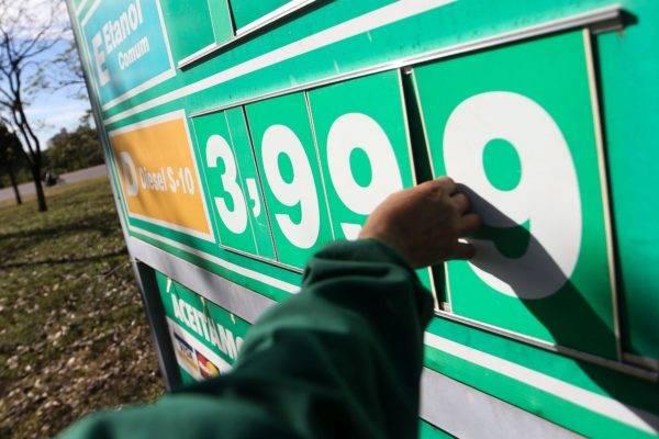 Preço do petróleo em alta levou a Petrobras a subir o valor do diesel. Bolsonaro mandou baixar. Foto: Marcelo Camargo/Agência Brasil