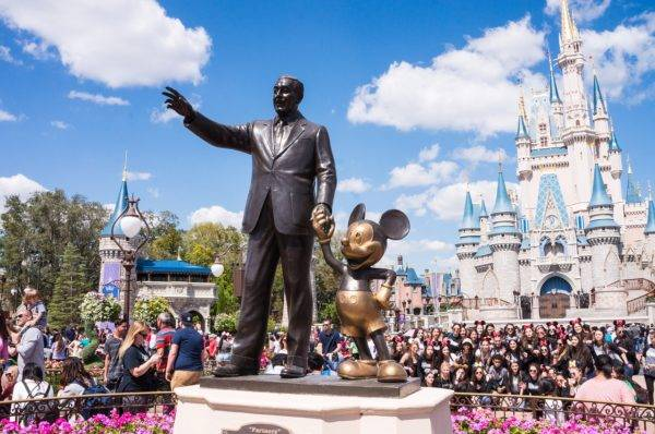 Parque da Disney: herdeira reclamou do salário pago ao CEO da empresa. Foto: Pixabay.