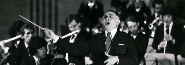 O maestro Eleazar de Carvalho regendo a Orquestra Sinfônica do Estado de São Paulo em 1990. Imagem do arquivo da OSESP