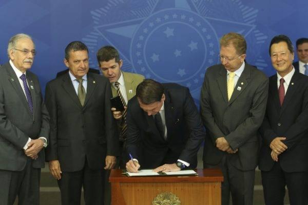 Jair Bolsonaro decreta o fim do horário de verão. Foto: Antonio Cruz / Agência Brasil