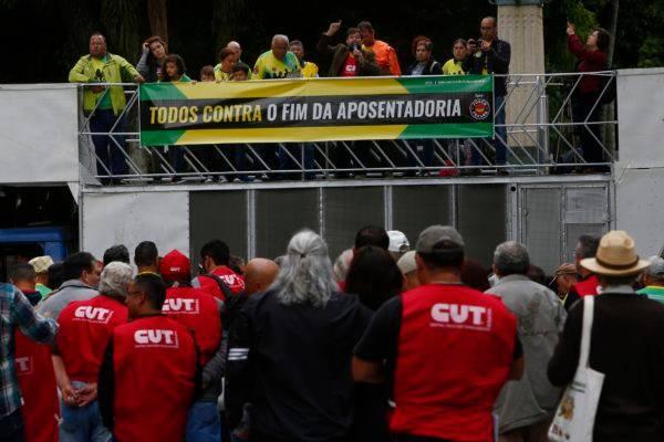 Sindicatos protestam contra reforma da Previdência: lobby do funcionalismo começa a atuar também em Brasília. Foto: Aniele Nascimento/Gazeta do Povo