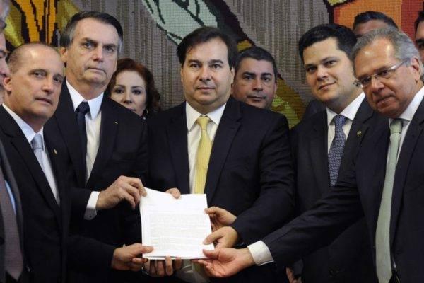 O presidente Jair Bolsonaro entrega a proposta de reforma da Previdência para o presidente da Câmara Rodrigo Maia. Luis Macedo/Agência Câmara