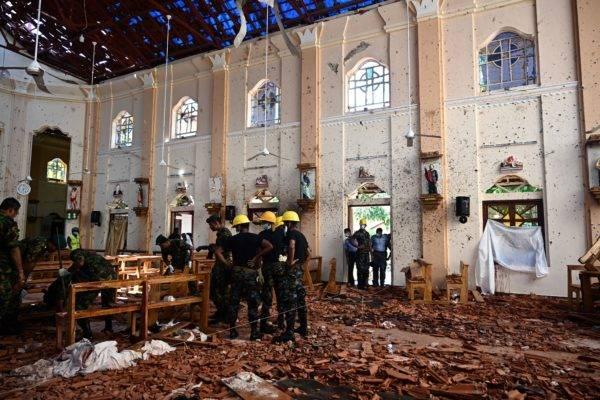 Forças de segurança inspecionam os estragos dentro da igreja após atentado terrorista no Sri Lanka. Jewel Samad/AFP