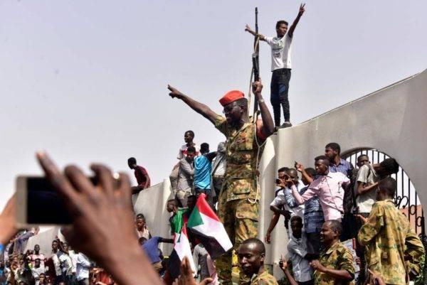 Membros do exército sudanês se reúnem em uma rua central de Cartum em 11 de abril, após um dos presidentes africanos mais longevos no cargo ter sido deposto e preso pelo exército. Foto: Ahmed Mustafa / AFP