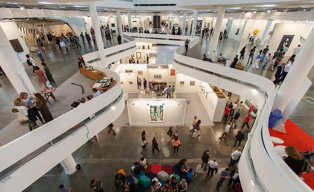 """Serão cinco dias voltados ao mercado de arte, onde o visitante pode se conectar com artistas, colecionadores, galeristas e museus.  Consagrado como o maior festival de arte da América Latina, esse ano a SP-Arte bate recordes reunindo mais de dois mil artistas brasileiros e internacionais, como Bárbara Wagner & Benjamin de Burca, Laure Prouvost, entre outros, além de 164 expositores como as galerias David Zwirner (NY), Neugerriemschneider (Berlim) e a nacional SIM galeria, que dividem espaço nos 27 mil metros quadrados do Pavilhão da Bienal. A estimativa é que cerca de 37 mil pessoas passem pelo festival, que conta com visitas guiadas para ajudar o público.  """"Ao longo de seus 15 anos de existência, a SP-Arte ampliou sua missão e colaborou com a profissionalização do mercado e com a expansão do colecionismo no Brasil"""", conta Fernanda Feitosa, fundadora do festival. Essa edição da SP-Arte também marca a expansão dos expositores de design, um setor que é tendencia no exterior e que também incorpora processos e questionamentos da arte. A SP-Arte acontece dos dias 03/04 (só para convidados) até domingo (07/04) no Pavilhão da Bienal, em São Paulo. Clique aqui para acessar o site."""