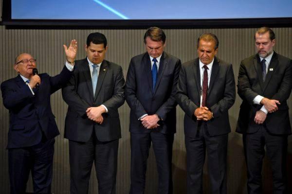 O presidente Jair Bolsonaro com o pastor Silas Malafaia e os presidentes do Senado e do STF, Davi Alcolumbre (DEM-AP) e Dias Toffoli. (Foto: Mauro Pimentel / AFP)|