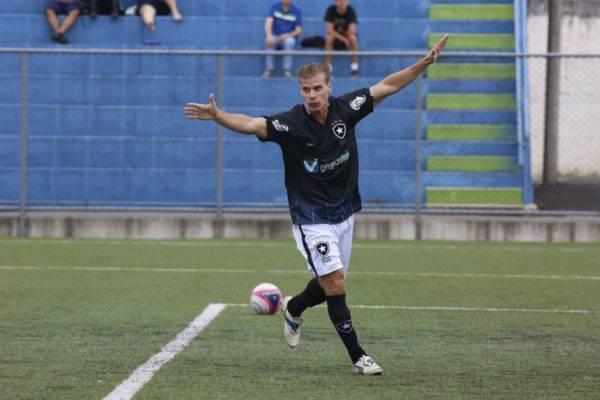 Túlio durante jogo amador no estádio do Pinhão, em São José do Pinhais.