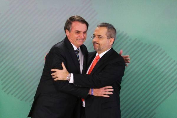 O presidente Jair Bolsonaro dá posse ao novo ministro da Educação, Abraham Weintraub, em cerimônia no Palácio do Planalto. Valter Campanato/Agência Brasil