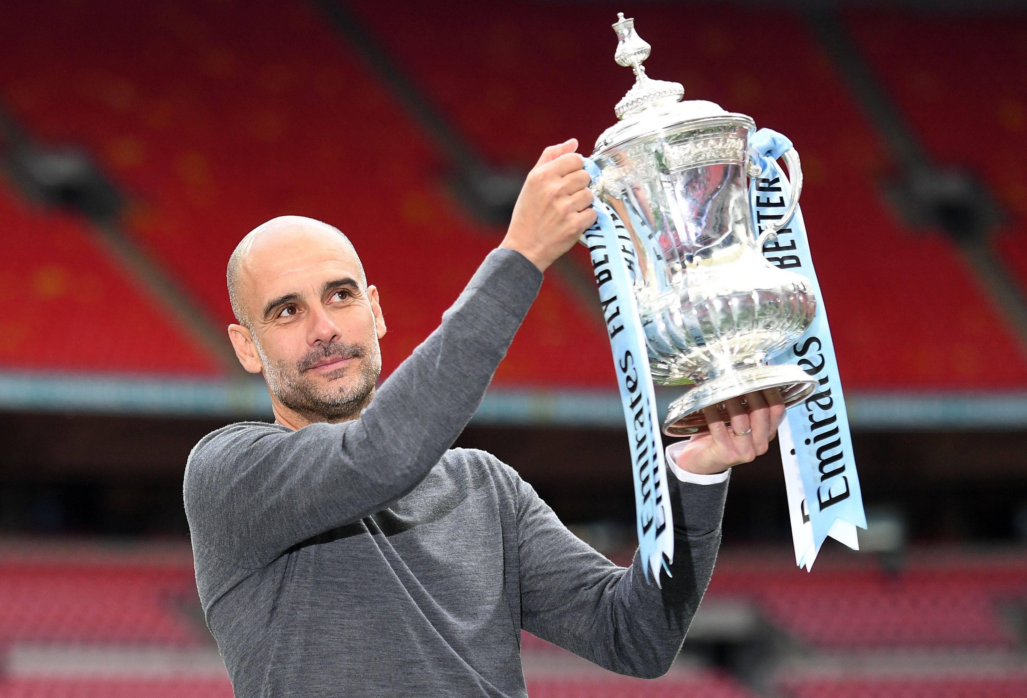 Pep Guardiola com o troféu da FA Cup. Foto: AFP