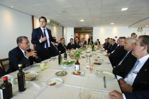 Governador Ratinho Junior almoça com a bancada de deputados e senadores do Paraná (Foto: Rodrigo Félix Leal/ANPr)