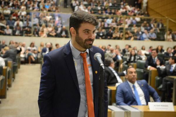 """Burocracia atrapalha os grandes negócios, dificulta os médios e sufoca os microempreendedores"", diz deputado Sergio Victor"