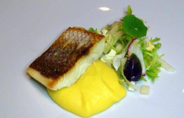 Peixe do dia, batgata-salsa, dashi e legumes, um dos pratos principais do novo cardápio do Restaurante Igor. (Fotos/ Anacreon de Téos)
