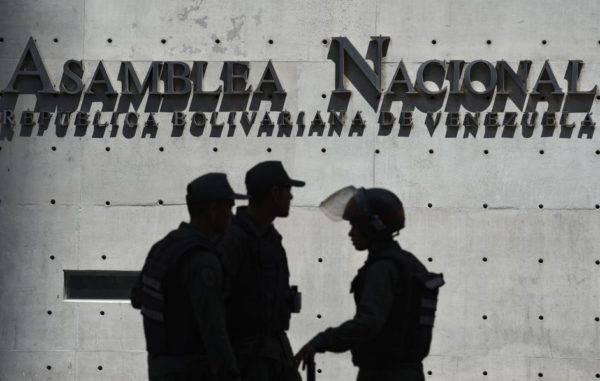 Membros da Guarda Nacional Bolivariana bloqueiam o acesso ao Palácio Legislativo Federal, sede tanto da Assembleia Nacional, liderada pela oposição, quanto da Assembleia Nacional Constituinte, pró-Maduro, em 15 de maio. Foto: Yuri Cortez / AFP