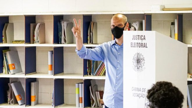 Prefeito de São Paulo, Bruno Covas (PSDB), que disputa a reeleição: apoio do governador João Doria é público, mas campanha de Covas tenta esconder isso.