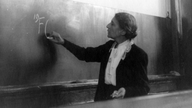 Lise Meitner, física de origem sueca e austríaca, conduzia pesquisas sobre urânio com o seu parceiro de laboratório Otto Hahn. Na década de 1940, a dupla descobriu que a divisão dos núcleos atômicos durante uma fissão liberava grandes quantidades de energia, e Meitner escreveu a sua primeira explicação teórica sobre o processo. No entanto, Hahn ficou com o crédito exclusivo da descoberta, recebendo o Prêmio Nobel de Química em 1944.