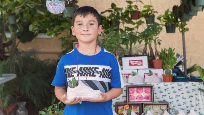 Aaron decidiu vender plantas pela cidade para ajudar no sustento de sua família e trazer sua irmã de volta do México.